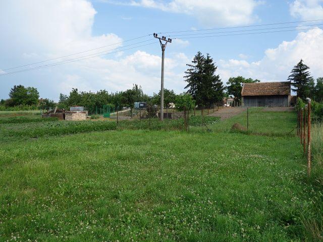 Zadní levá strana pozemku k zástavbě