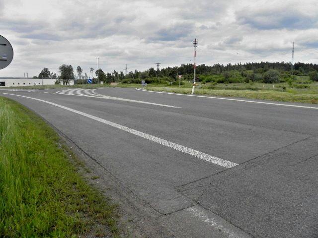 Pohled z pozemku na křižovatku