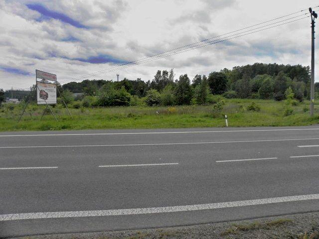Pohled na pozemek přes hlavní silnici