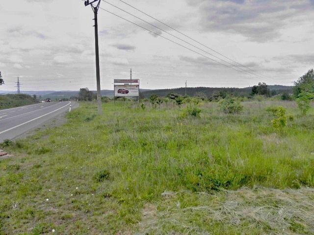Pohled na pozemek podél hlavní silnice