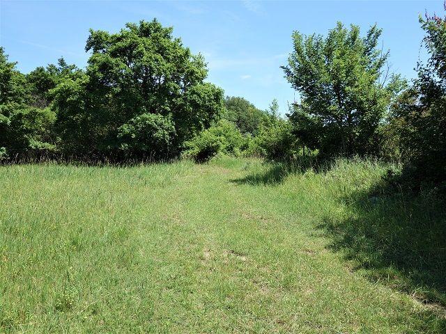 Cesta kolem pozemku směrem nahoru