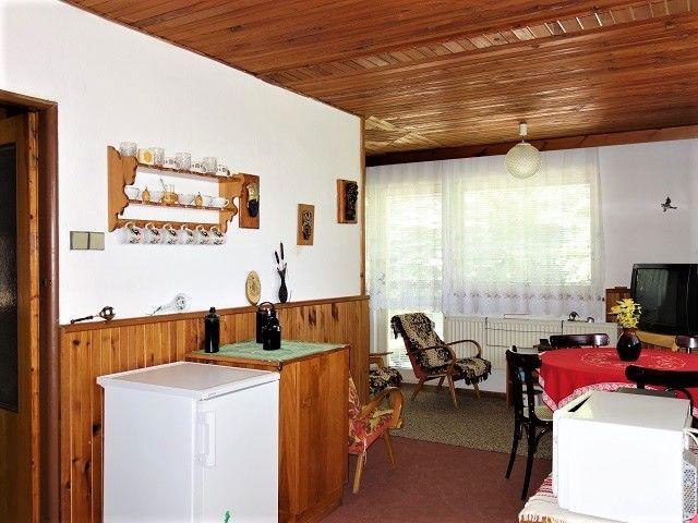Kuchyně, pohled ke vstupu na terasu