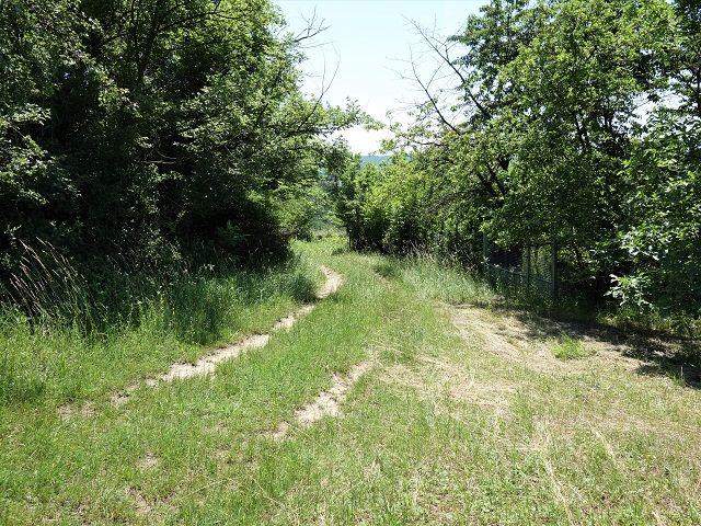 Cesta kolem pozemku směrem dolů