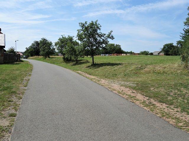 Příjezdová cesta a vjezd na pozemek