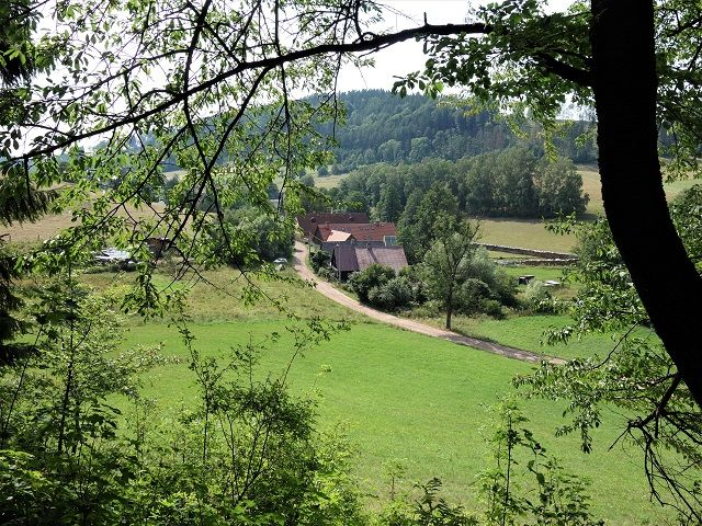 Pohled z cesty na část obce Bělý