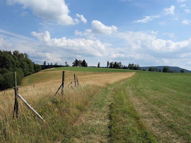 Cesta podél horní hranice pozemku