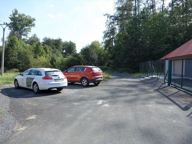 Parkoviště před lesní cestou