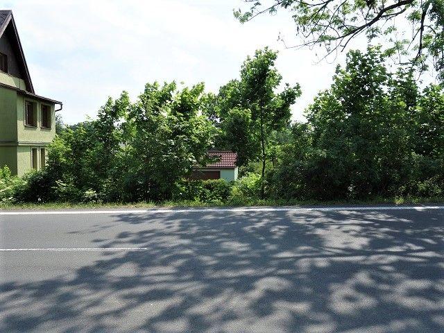 Pohled od hlavní silnice za pozemkem