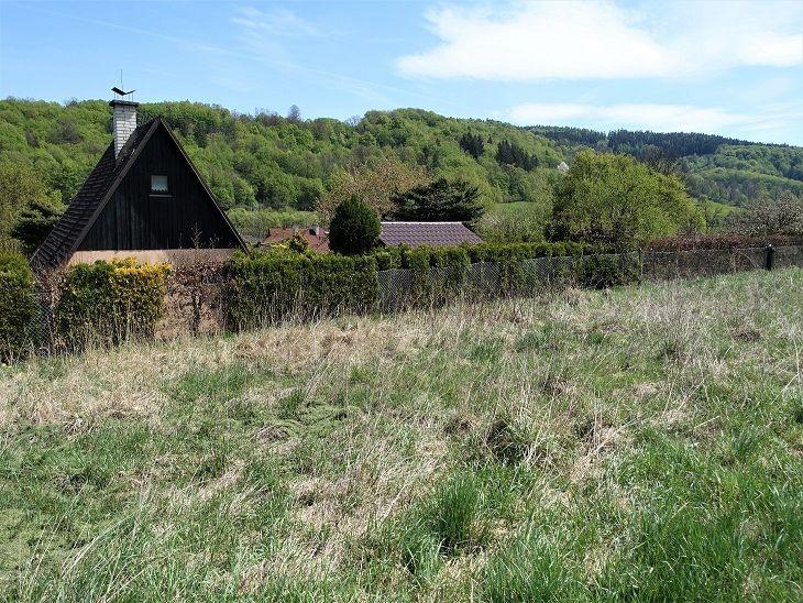 Sousední pozemek s chatou