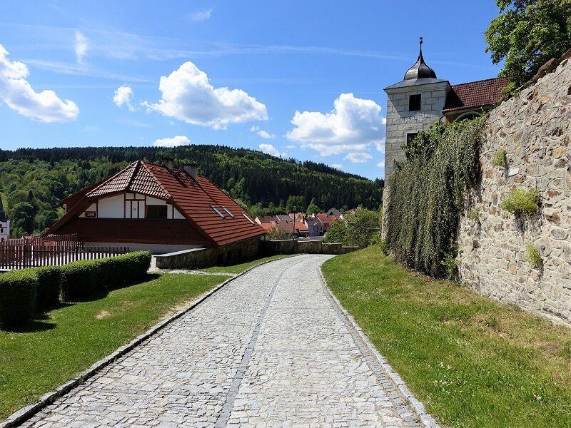 Cesta okolo zámku do centra města