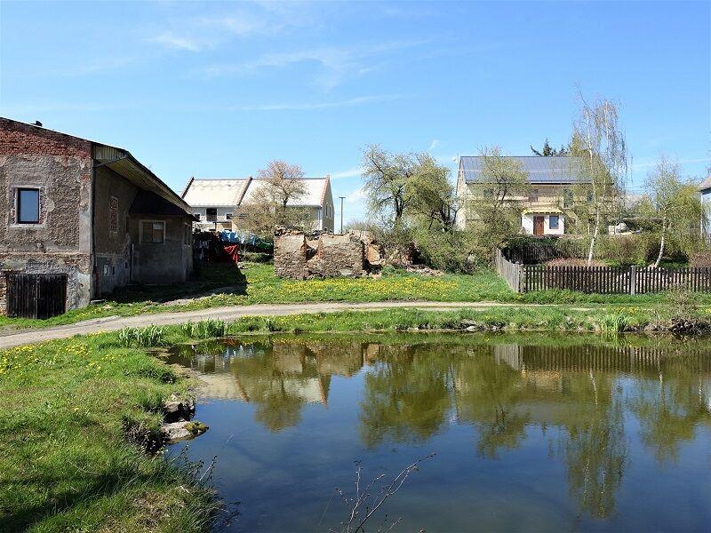 Pohled na pozemek přes rybníček