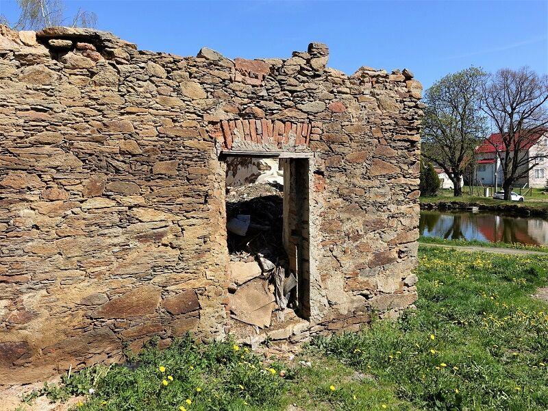 Kamenná stavba k demolici
